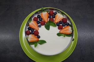 16) Die Torte mit den Beeren und der Minze dekorieren