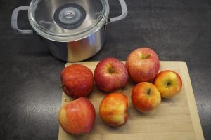 3) Äpfel waschen, schälen und klein schneiden