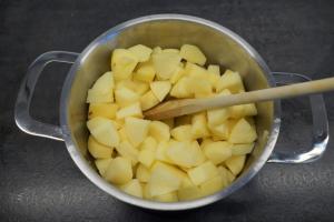 4) Mit Zitronen- und Apfelsaft erhitzen