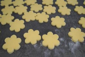 10) Aus dem restlichen Teig Blumen ausstechen