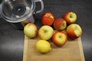 4) Für das Kompott, die Äpfel waschen, schälen und ...