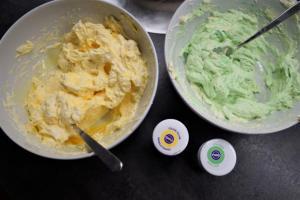 19) Restliche Buttercreme grün und gelb einfärben