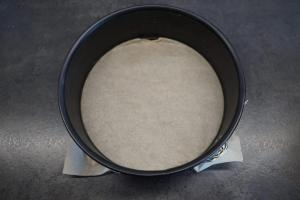 1) Springformboden mit Backpapier auslegen