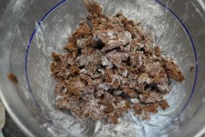 5) Aus dem restlichen Teig mit Mehl und Zucker Streusel machen