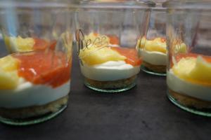 14) Lemon Curd und pürierte Erdbeeren dazugeben