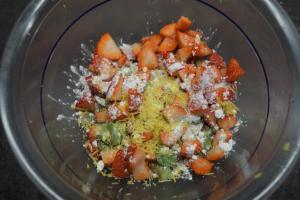 3) Erdbeeren, Rhabarber klein schneiden, Zitrone, Stärke und Zucker dazugeben