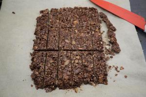 6) Wenn die Schokolade fest geworden ist, in Stücke schneiden