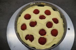 11) Mit Marmelade einstreichen, Creme und Himbeeren darauf geben