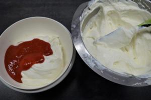 16) 1/3 der Creme bei Seite tun und pürierte Erdbeeren unterrühren