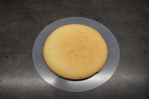 1) Mürbeteig und Biskuit zubereiten und backen