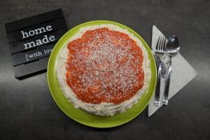 14) Den Pudding auf der Torte verteilen und weiße Schokolade raspeln