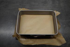 1) Backform mit Backpapier auslegen, Ofen vorheizen