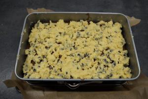7) ... gleichmäßig auf dem Brownie Teig verteilen