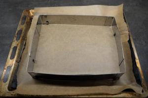 1) Backblech mit Backpapier auslegen und einen Backrahmen darauf stellen
