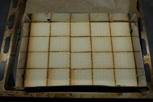 2) Ofen vorheizen und 20 Butterkekse anordnen