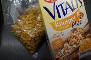 4) Für den Belag, Cornflakes und Knusper Müsli...