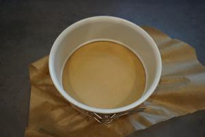 6) Für den Keksboden eine Springform mit Backpapier ...