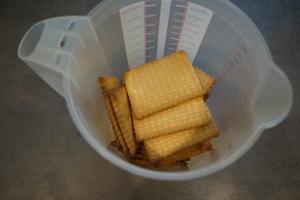 7) ... auslegen. Kekse abwiegen und zerkleinern