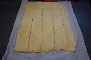 16) Biskuit in 6cm breite Streifen schneiden