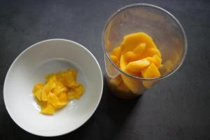 21) Eine weitere Mango schneiden, dabei ein paar Streifen abschälen