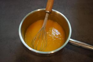 23) Mango-Püree und Gelatine erhitzen