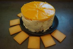 26) Nach ca. 1 Std. Kühlung, die Torte mit Creme einstreichen