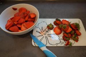 5) Die Erdbeeren waschen, abtrocknen und klein schneiden