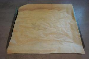 1) Backofen vorheizen und ein Backblech mit Backpapier auslegen