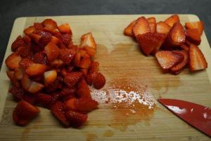 3) Erdbeeren waschen und klein schneiden