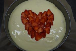 8) Das Erdbeer-Herz auftragen und backen lassen