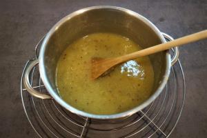 7) Vanille-Pudding Pulver zugeben, aufkochen und Gelatine unterrühren