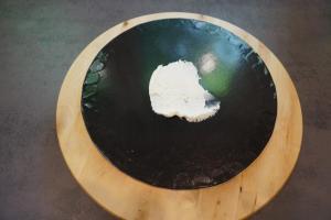 11) Etwas Creme auf das Cakeboard geben, 1. Biskuit mit Schokolade auflegen