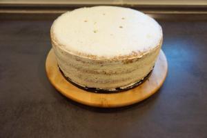 29) ... mit der Buttercreme einstreichen. 5 Stützen in die untere Torte stechen