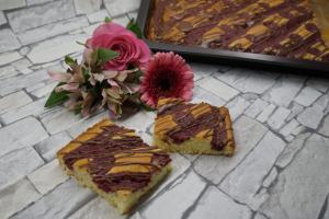 18) Angeschnittener Blechkuchen
