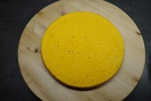 8) Den gelben Boden auf ein Cakeboard geben