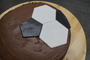 20) ... und legt darum die weißen 6-Ecke, bis der Kuchen...