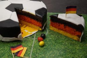 22) Angschnittener Fussball mit Deutschland-Muster