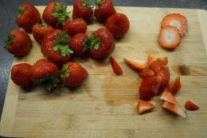 1) Erdbeeren waschen, abtrocknen und klein schneiden