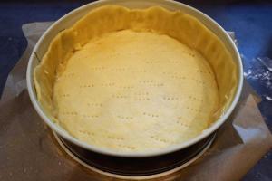 4) Danach mit der 2. Portion einen Rand formen