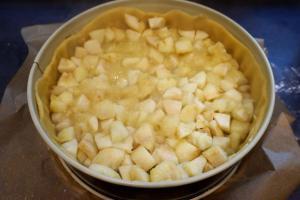 5) Die Apfelmasse in die Form geben und die 3. Portion Mürbeteig ...