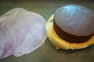 17) Fondant mit Hilfe von Bäckerstärke dünn ausrollen