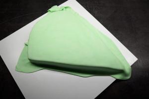 11) Danach über den Kuchen stülpen und glätten.