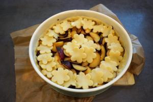 5) Kekse auf den Pflaumen verteilen und weitere 30 Min. backen