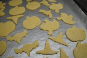 3) ... ausrollen und die Kekse ausstechen. Dann backen.