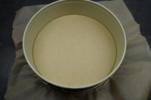 1) Die Springform mit Backpapier auslegen, Ofen vorheizen