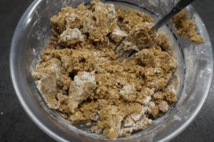 3) Den Streuselteig zubereiten. Nüsse unterheben