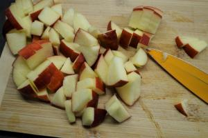 10) Topf auf mittlerer Hitze erwärmen. Äpfel klein schneiden ...