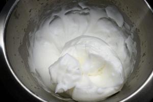 4) Die Eier trennen und Eiweiß mit etwas Salz aufschlagen