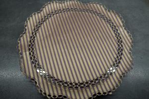10) Eine Tortenplatte vorbereiten, mit Backpapier abdecken