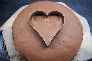 20) Ein Herz als Schablone in die Torten-Mitte geben